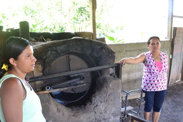 Osuuskunnassa on myös kahvinviljelijöitä. Vierailimme kahden sisaruksen kahvipaahtimossa. Hankkeen avulla he saavat uuden uunin papujen paahtamiseen.